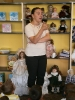 Grupy starsze na wystawie lalek porcelanowych w Bibliotece